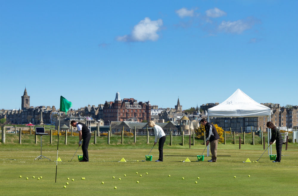 Golfeurs au chipping à l'Académie de golf de St Andrews