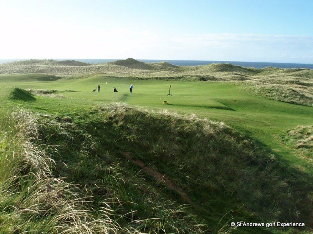 Golfeurs et dunes  sur le parcours de Machrihanish