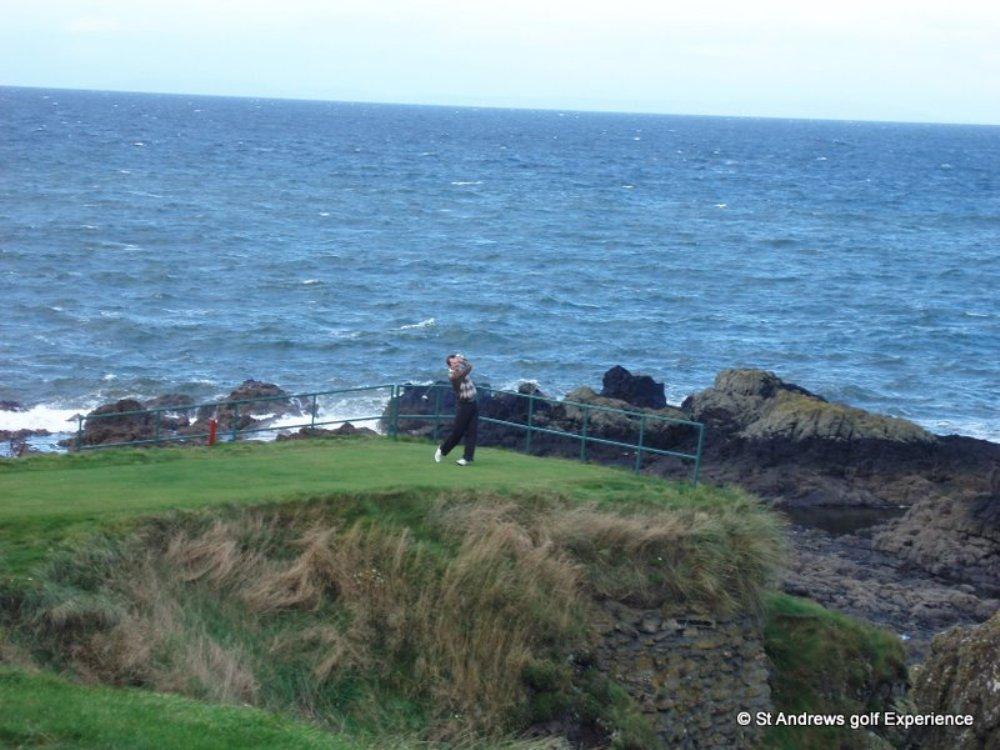 Golfeur au départ sur le parcours Ailsa de Turnberry