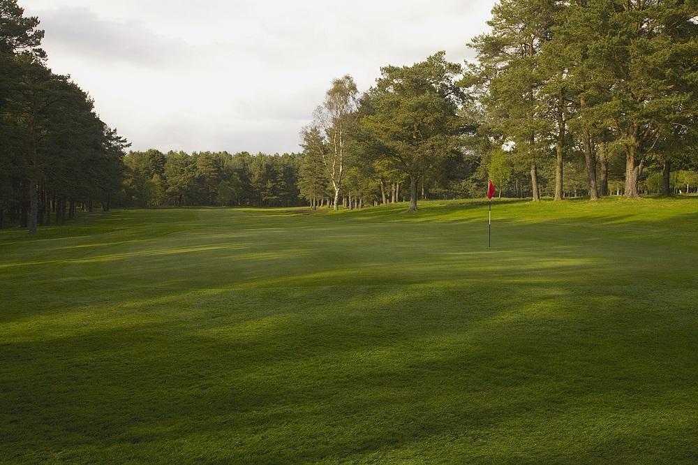 Un drapeau rouge du golf de Ladybank.