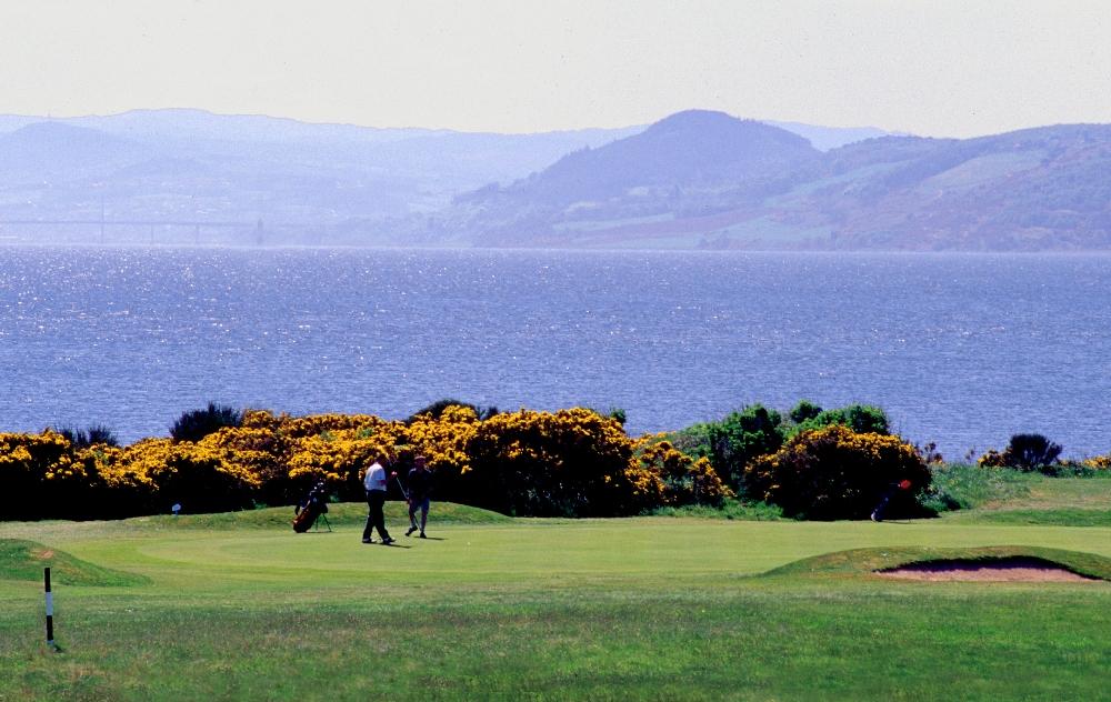 Golfeurs sur le green sur le parcours de Fortrose & Rosemarkie