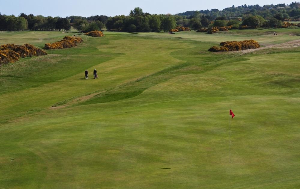 Fairway et large green sur le parcours de Nairn Dunbar