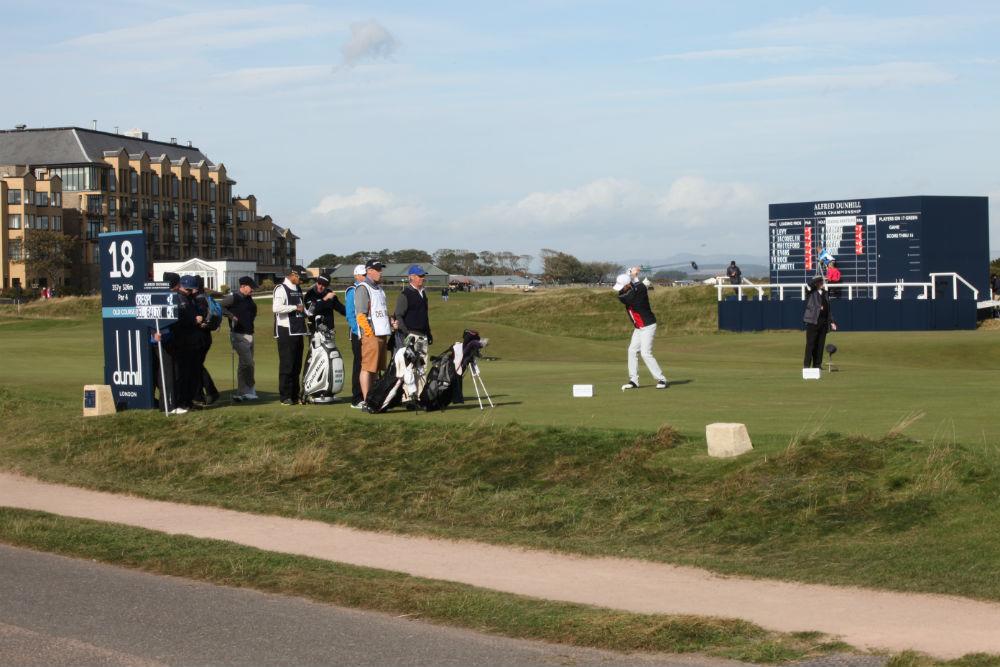 Golfeur au départ du 18 sur le Old Course lors de la compétition Alfred Dunhill Links en Ecosse