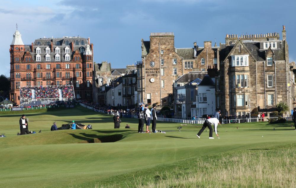 Golfeurs sur le green du 17 du Old Course lors de la compétition Alfred Dunhill Links en Ecosse