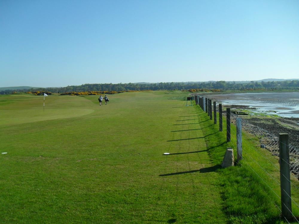 Golfeurs sur l'Eden course à St Andrews
