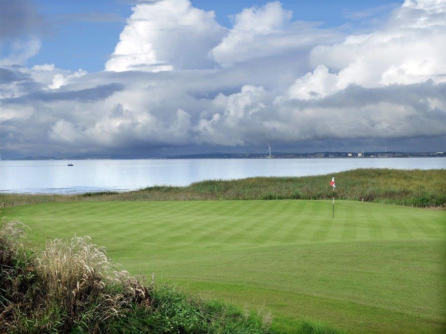 Mer en arrière plan sur le parcours de golf de Dumbarnie Links en Ecosse proche de St Andrews