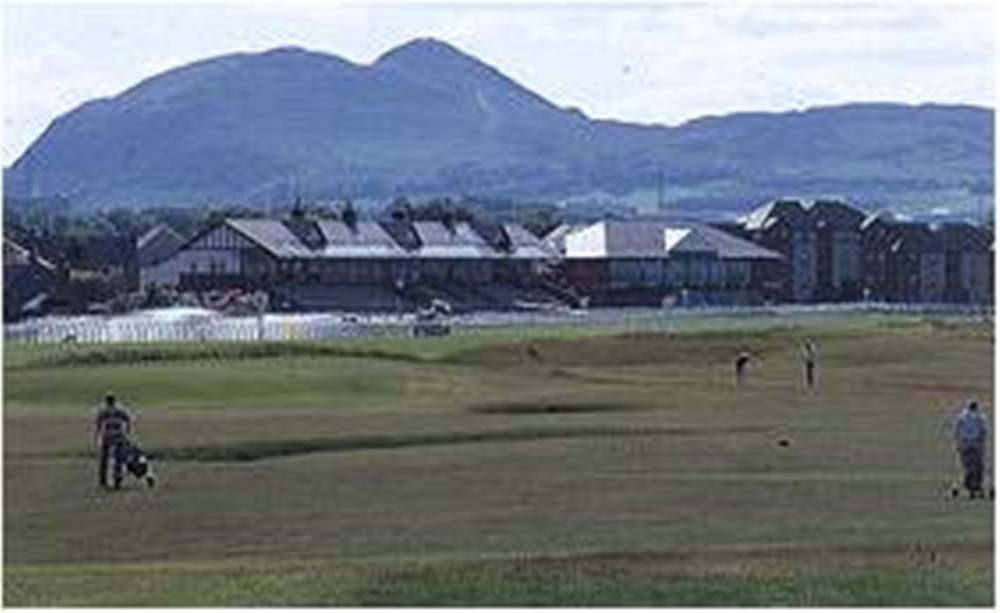 Golfeurs, clubhouse et montagne sur le parcours de Musselburgh Old