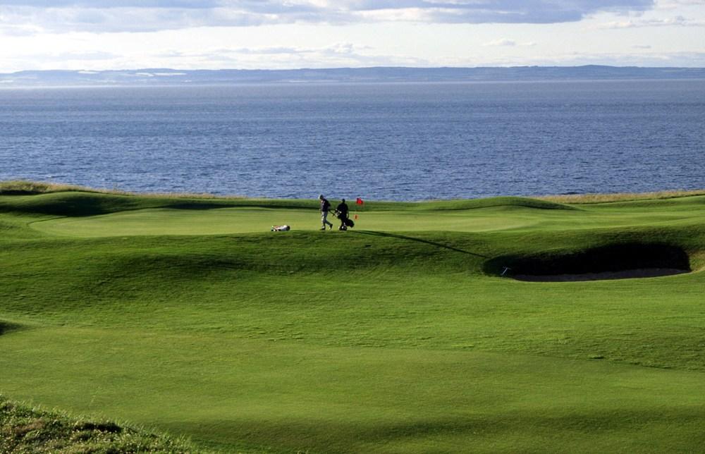Green, mer et golfeur sur le parcours de The Glen