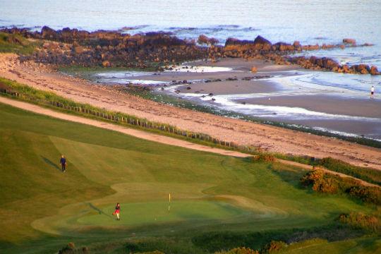 Golfeurs, green et plage sur le parcours du golf Shiskine. ïle d'Arran