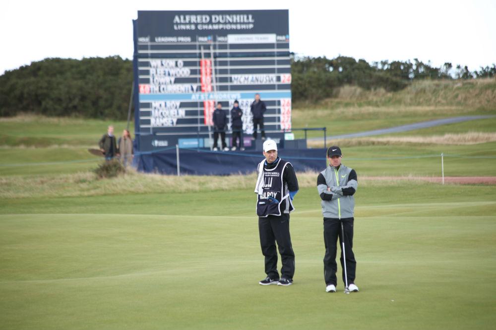 Rory McIlroy sur le green du 16 du Old Course lors de la compétition Alfred Dunhill Links en Ecosse