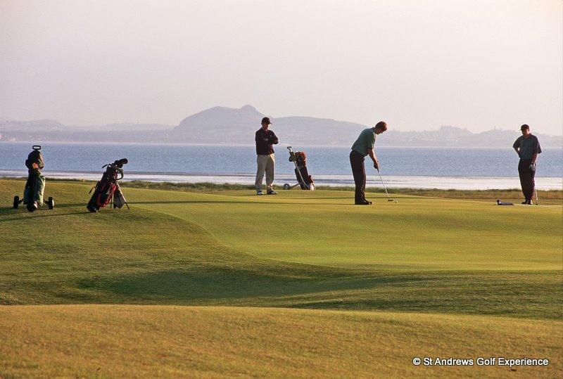 Golfeurs au putting  sur le parcours de Craigielaw