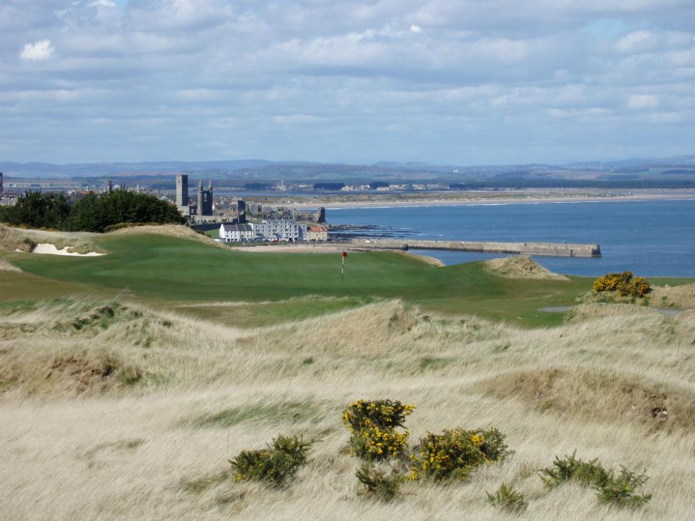 Vue de la ville de St Andrews sur le parcours du Castle Course