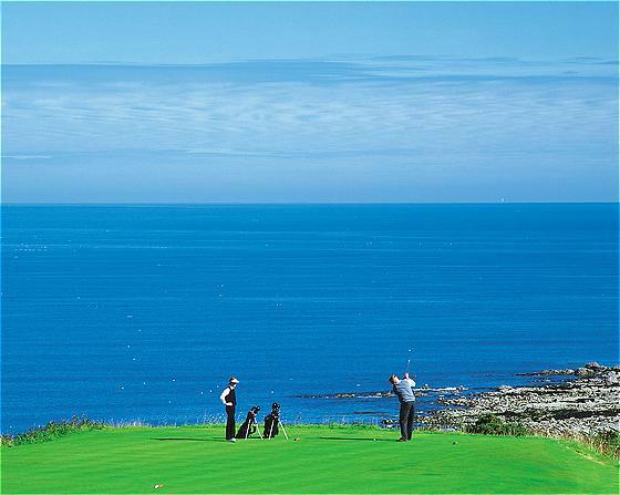 Golfeurs face à la mer sur le parcours du Kittocks