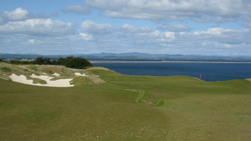 Large green et mer sur le Castle Course à St Andrews