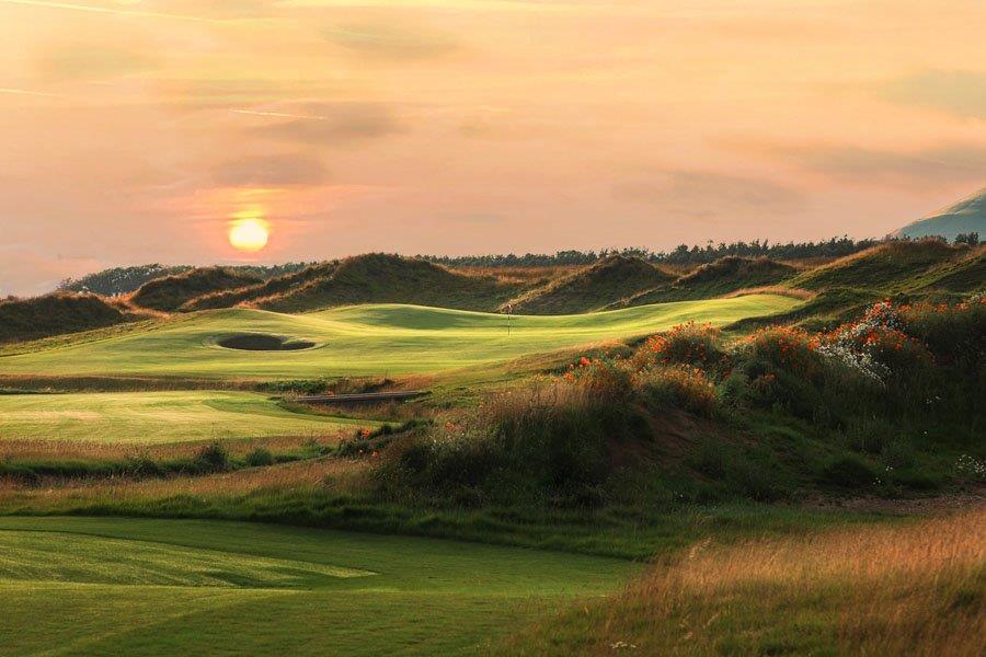 Trou en monté sur le parcours de golf de Dumbarnie Links en Ecosse proche de St Andrews