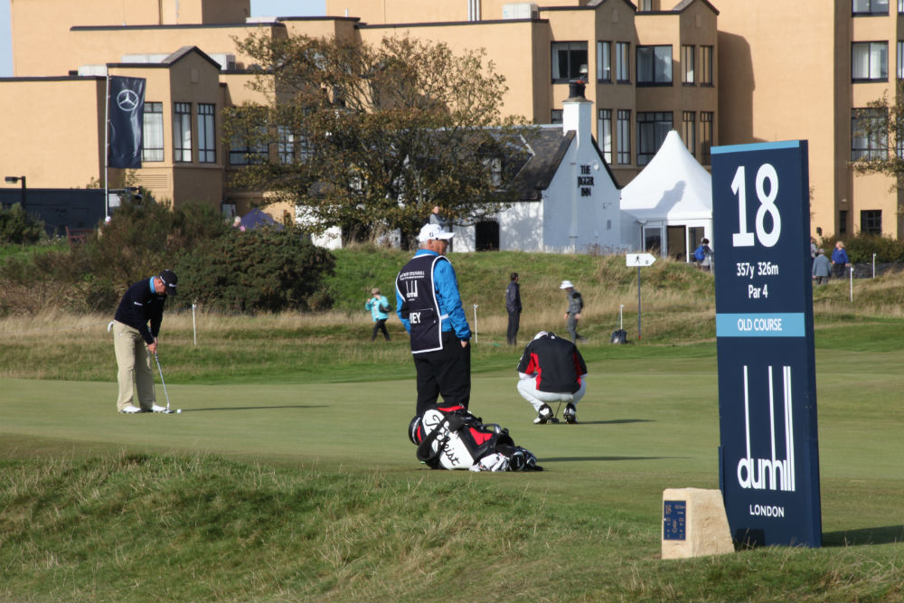 Golfeur au putting sur le green du 17 du Old Course lors de la compétition Alfred Dunhill Links