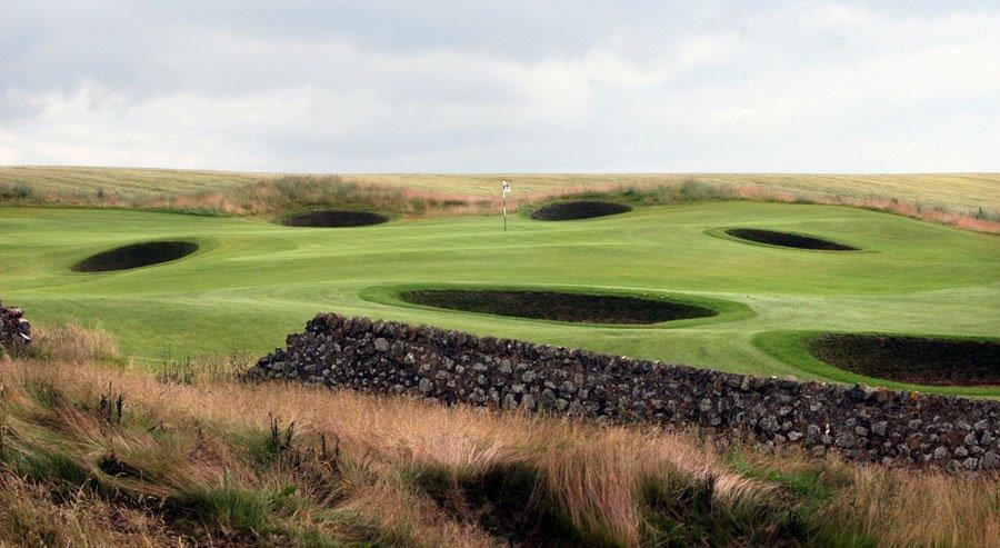 Mur de pierre sur le parcours de golf de Dumbarnie Links en Ecosse proche de St Andrews
