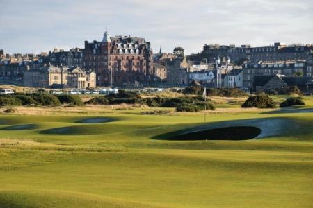 Vue de la ville depuis le golf Old Course à St Andrews en Ecosse