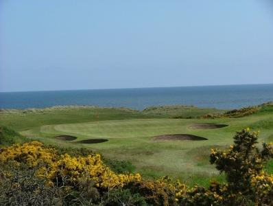 Large green, bunkers et mer sur le parcours du Royal Aberdeen