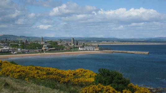 Vue sur la mer et la ville sur le Castle Course à St Andrews