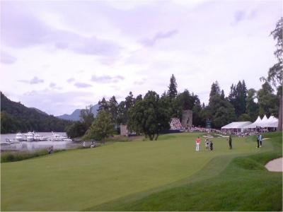 Des joueurs sur le fairway du golf de Loch Lomond.