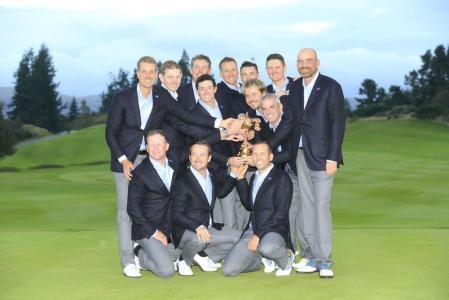 Equipe de l'Europe avec la coupe à la Ryder Cup 2014 à Gleneagles sur le parcours PGA Centenary en Ecosse