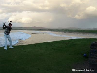 Golfeur au départ et mer sur le parcours de Machrihanish