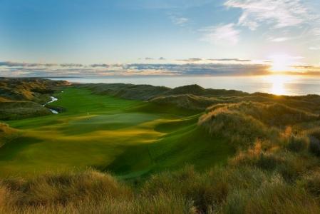 Large fairway et green entre les dunes sur le parcours du Trump International Golf Links Scotland