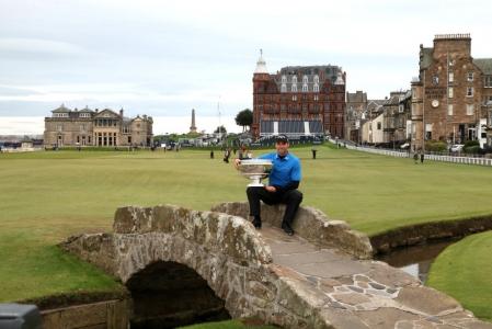 Vainqueur sur le Swilcan Bridge du Old Course lors de la compétition Alfred Dunhill Links en Ecosse à St Andrews