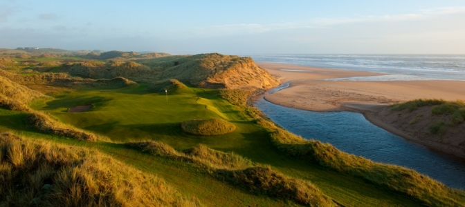 Large green, dunes et mer sur le parcours du Trump International Golf Links Scotland