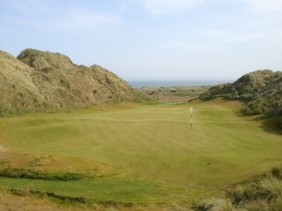 Large green et dunes sur le parcours du Trump International Golf Links Scotland