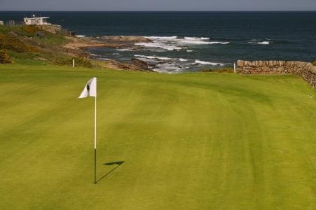 Le drapeau blanc du golf de Crail Craighead.
