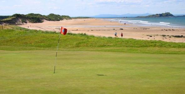 Large green et plage sur le parcours de North Berwick