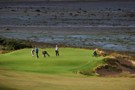 golfeurs sur le green lors du pro-am tomatin