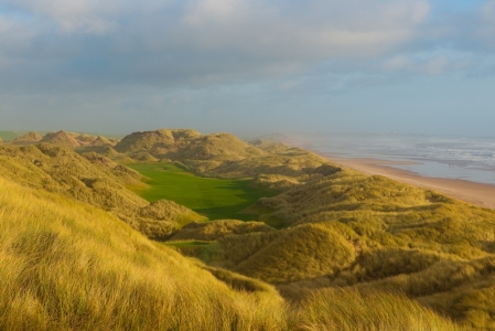 Fairway, dunes et mer sur le parcours du Trump International Golf Links Scotland