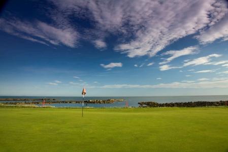 Green et drapeau du club de golf de Dunbar