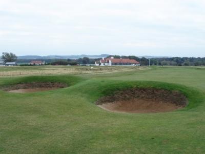 Bunkers et clubhouse sur le parcours de Luffness New