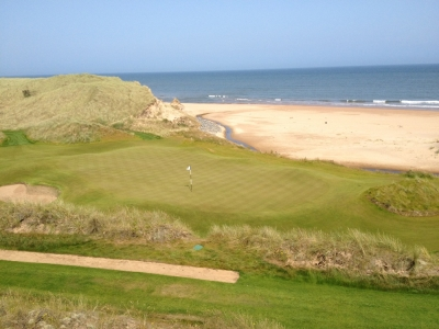 Large green et mer sur le parcours du Trump International Golf Links Scotland
