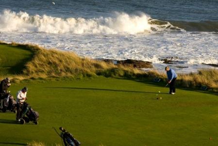 Golfeurs au départ et mer sur le parcours du Royal Dornoch