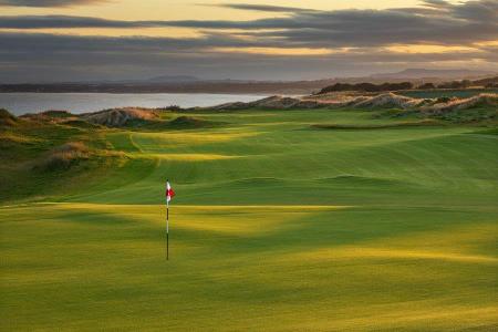 Green ondulé sur le parcours de golf de Dumbarnie Links en Ecosse proche de St Andrews