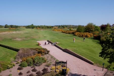 Golfeurs au départ sur le parcours de Nairn Dunbar