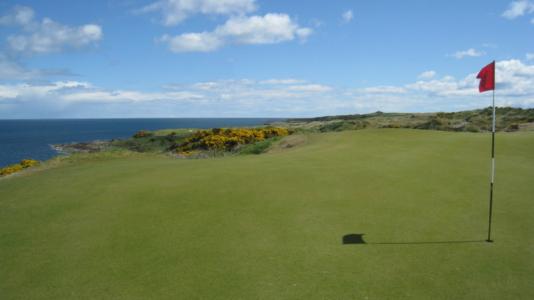 Large green et mer sur le parcours du Castle Course