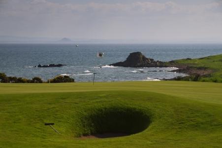 Un bunker et le green du golf de Crail Craighead.