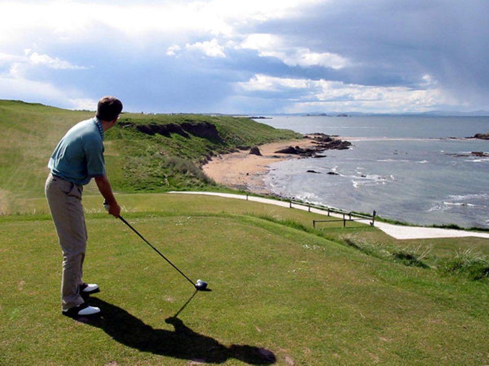 Golfeur au départ sur le parcours de The Glen