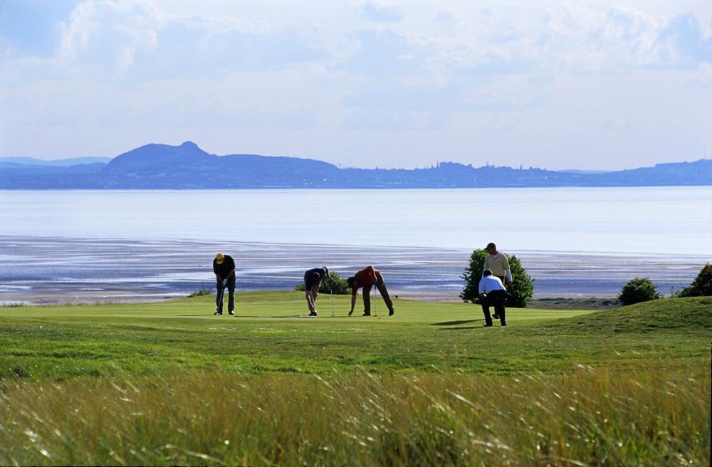 Golfeurs et mer sur le parcours de Gullane n°2