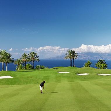 Golfeurs sur le fairway sur le parcours d'Abama