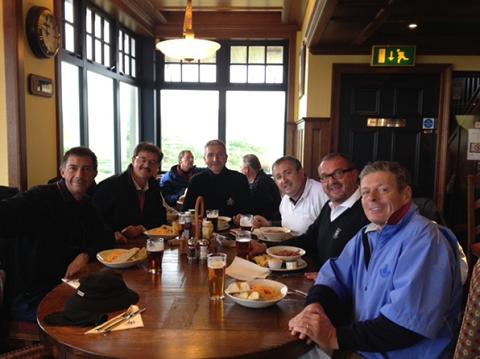 Groupe de golfeurs au club-house lors d'un séjour de golf en Ecosse