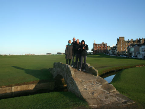 Golfeurs sur le célèbre pont du Old course à St Andrews