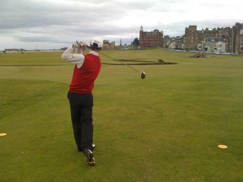 Golfeur au départ sur le parcours du Old course