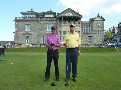 Deux golfeurs posant au départ du Old Course devant le Royal&Ancient